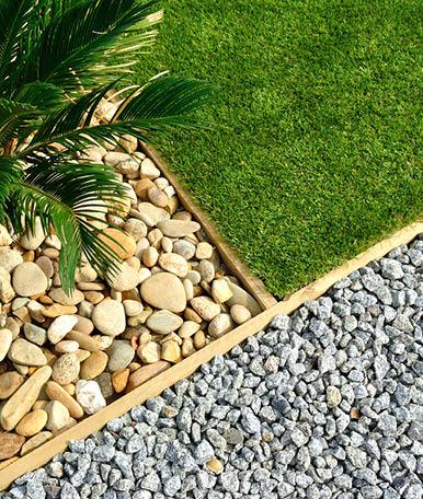 Na Like Garden disponibilizamos aos nossos clientes uma grande variedade de pedras que complementam o espaço e lhe dão um toque mais moderno. As pedras são também uma forma de dividir o espaço, de acordo com as plantas utilizadas, tornando-o mais equilibrado e funcional.