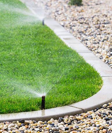 Os aspersores são utilizados em espaços de média a grande dimensão. O critério para a sua seleção, é o seu grande alcance. No sistema, a água é fornecida ao solo em forma de chuva e é conduzida sob pressão.